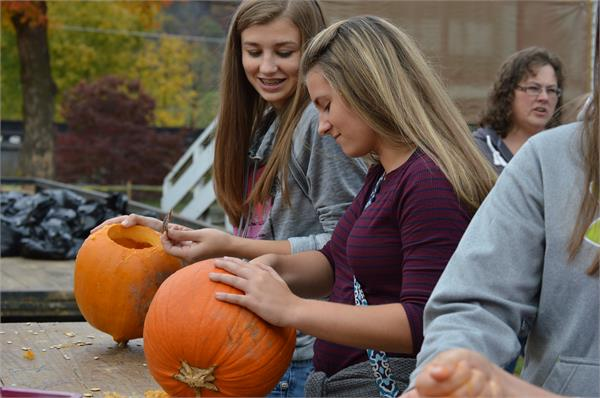 BETA Club helps out at the Pumpkin House in Kenova, WV.